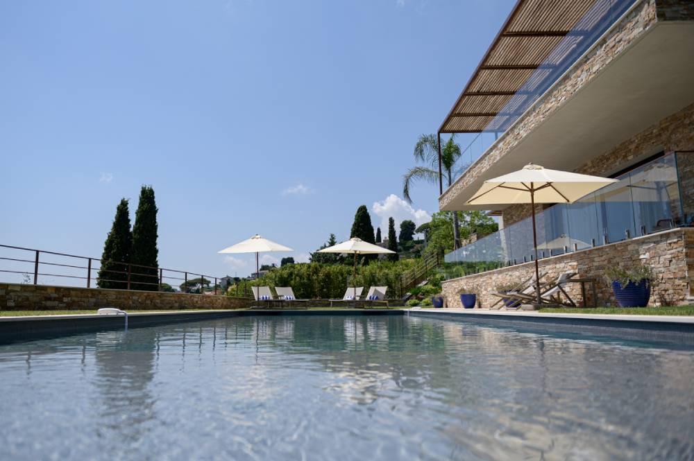 Maison avec piscine et parasols, photo d'entreprise prise par Florence Martin, photographe professionnelle dans le Var et les Alpes Maritimes