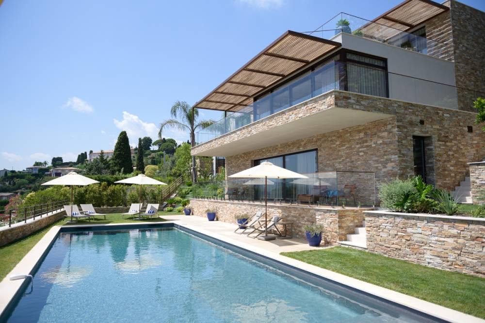 maison avec jardin et piscine, photo d'entreprise prise par Florence Martin, photographe professionnelle dans le Var et les Alpes Maritimes