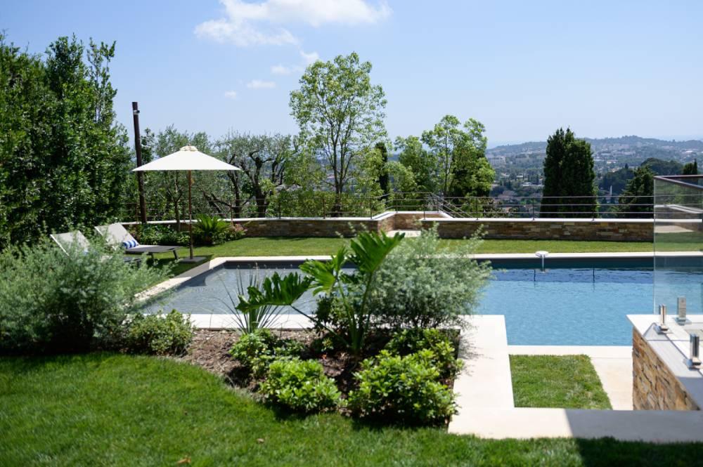 Jardin avec piscine, photo d'entreprise prise par Florence Martin, photographe professionnelle dans le Var et les Alpes Maritimes