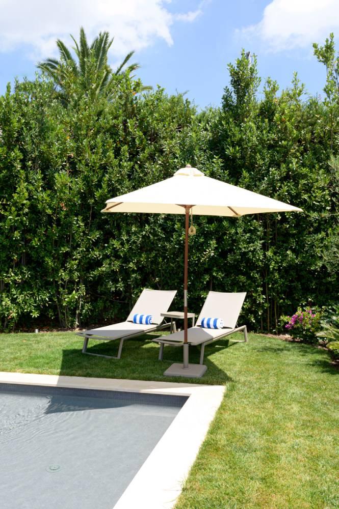 2 Transats avec parasol dans jardin à coté d'une piscine, photo d'entreprise prise par Florence Martin, photographe professionnelle dans le Var et les Alpes Maritimes