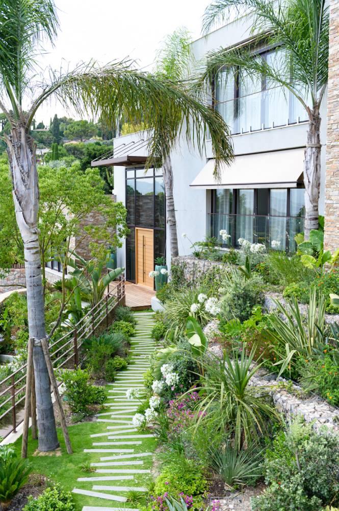 Maison avec jardin luxuriant, photo d'entreprise prise par Florence Martin, photographe professionnelle dans le Var et les Alpes Maritimes