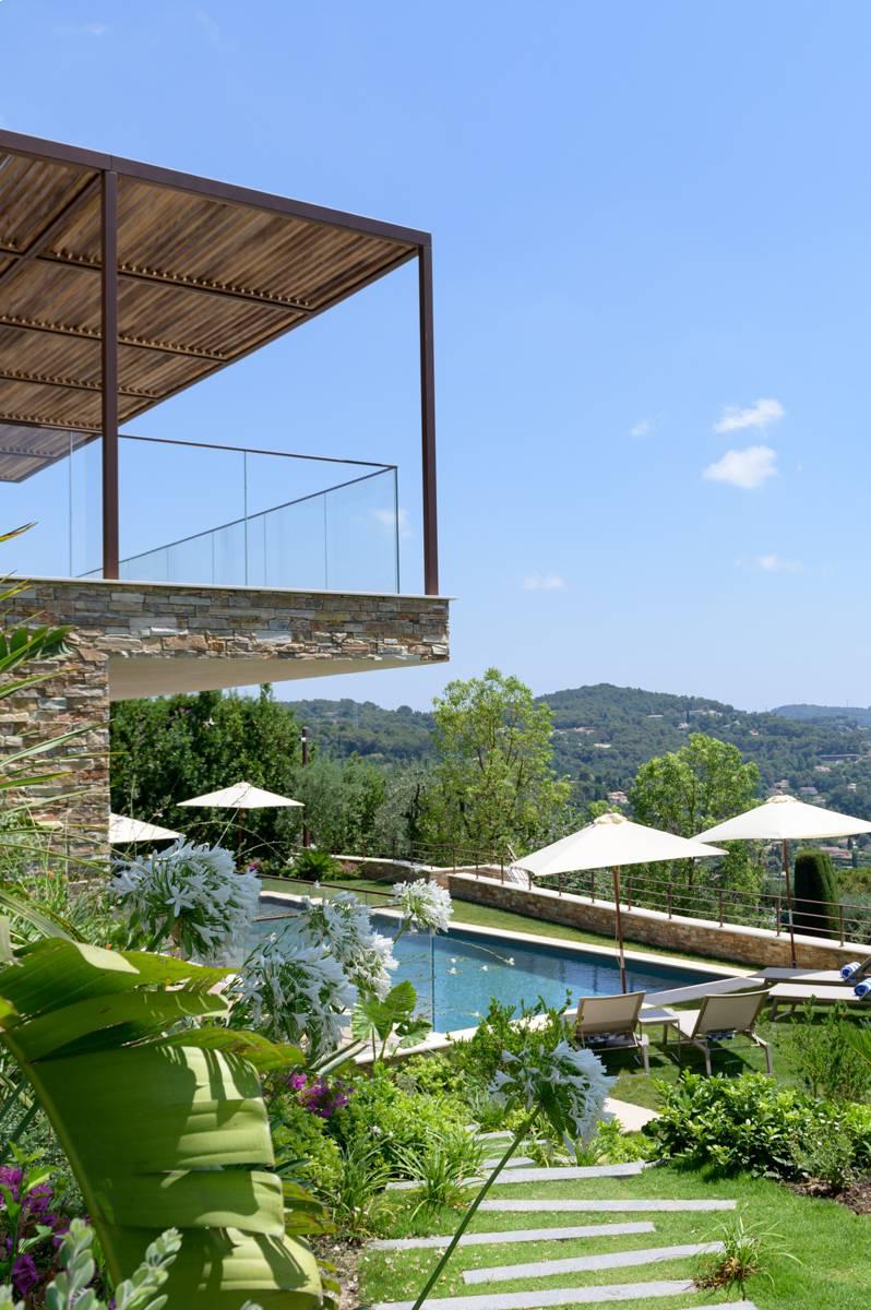 photo du jardin avec piscine d'un bien immobilier prise par photographe entreprise et corporate dans le Var