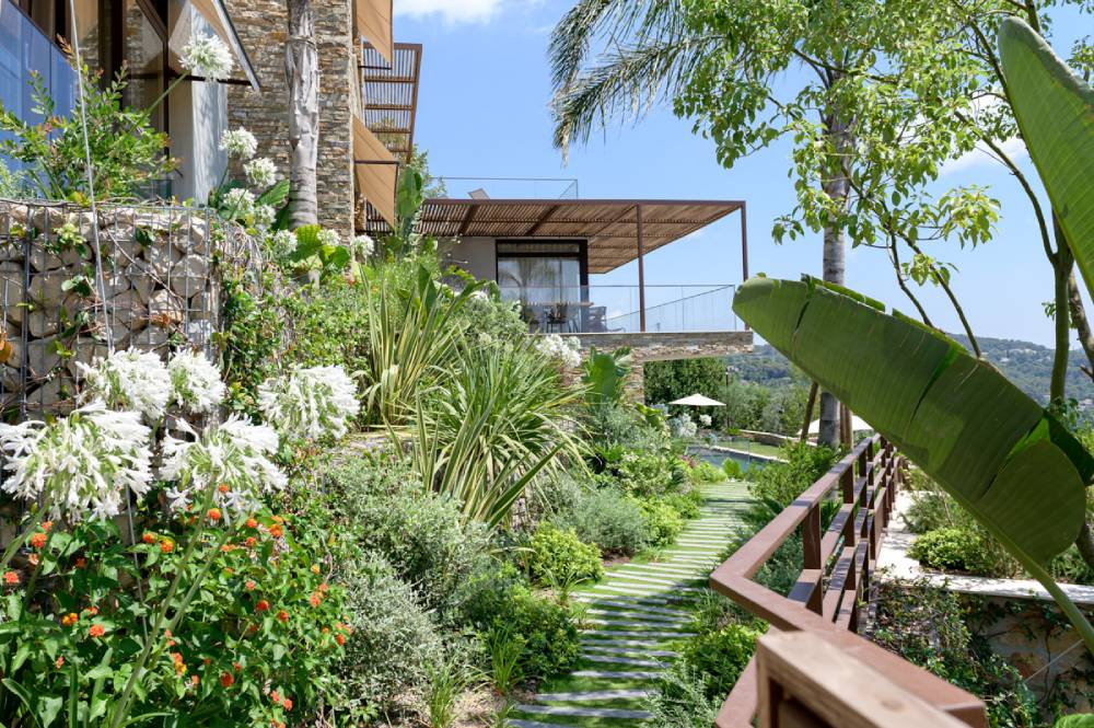 Maison avec jardin luxuriant, arbres et fleurs, photo d'entreprise prise par Florence Martin, photographe professionnelle dans le Var et les Alpes Maritimes