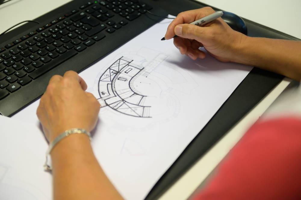 Plan d'une bâtisse en cours de dessin, photo d'entreprise prise par Florence Martin, photographe professionnelle dans le Var et les Alpes Maritimes