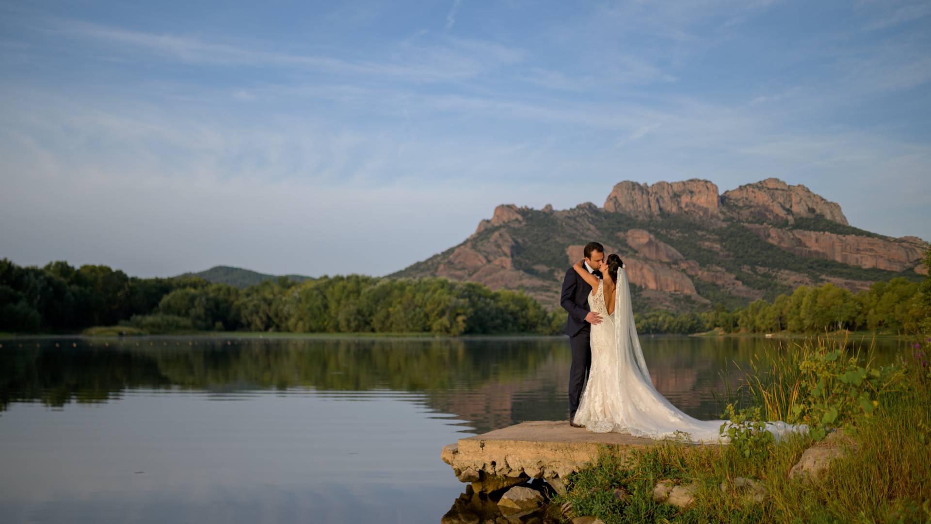 2 mariées s'embrassent devant le rocher de Roquebrune-sur-Argens, photo prise par Florence Martin photographe professionnelle dans le Var et les Alpes Maritimes