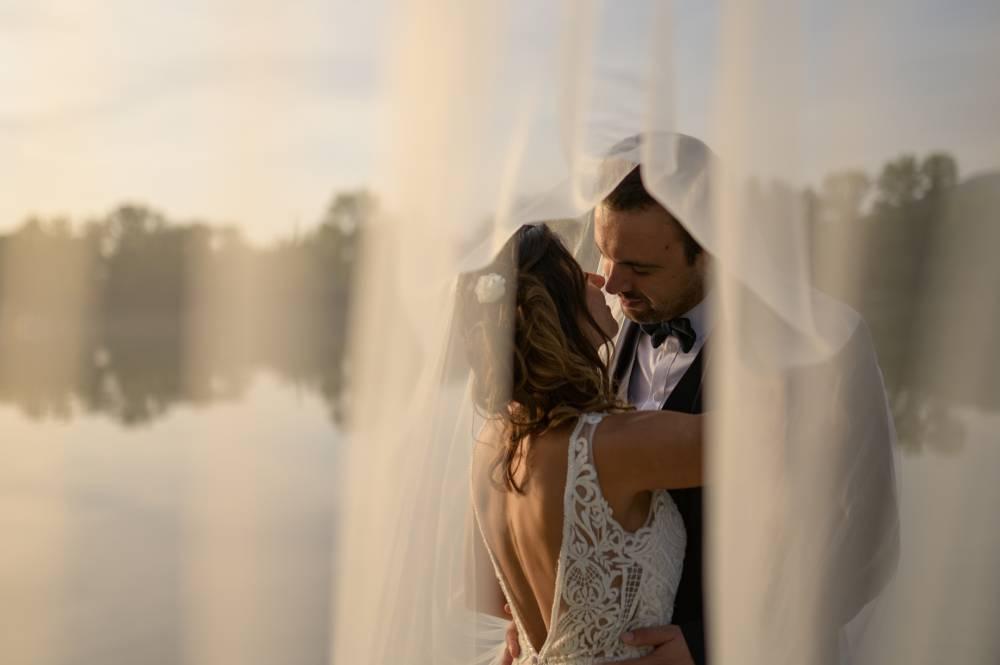 Le mariées vont s'embrasser sous un voile, photo prise par Florence Martin, photographe de mariage dans le Var et les Alpes Maritimes