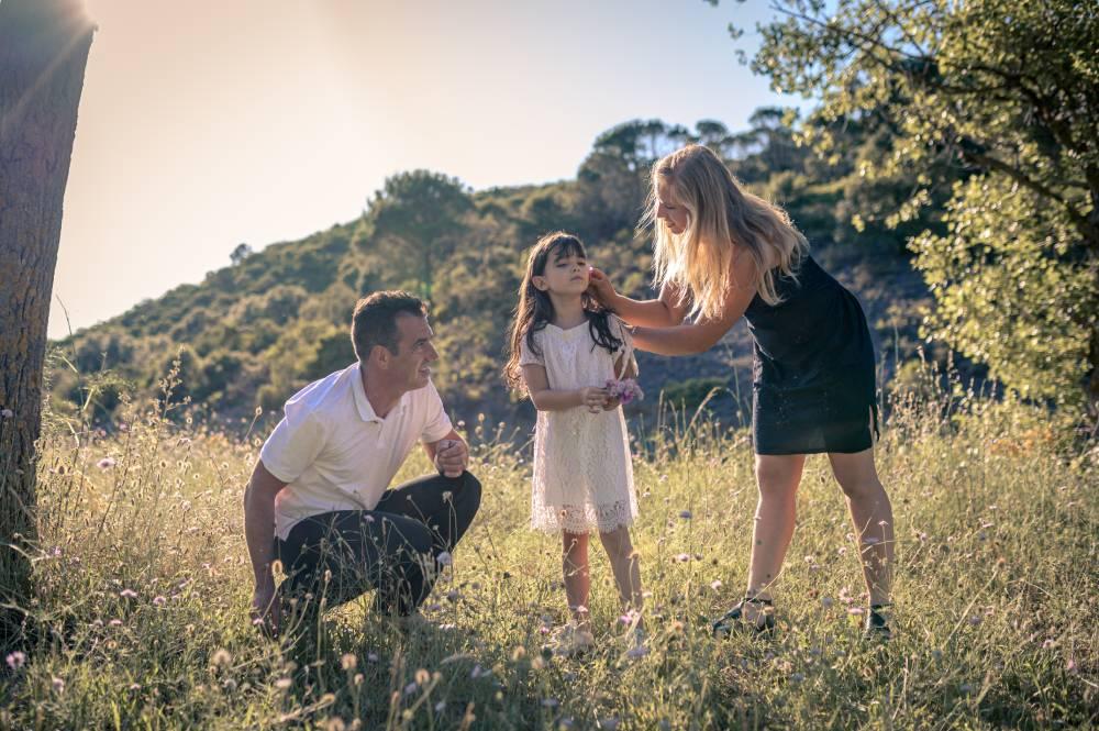Photo de parents et leur fille dans un champs prise par Florence Martin photographe professionnelle dans le Var et les Alpes Maritimes