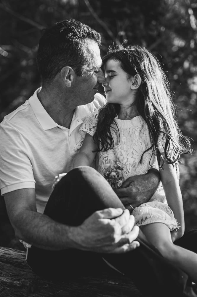 Photo en noir & blanc d'un père avec sa fille prise par Florence Martin photographe professionnelle dans le Var et les Alpes Maritimes
