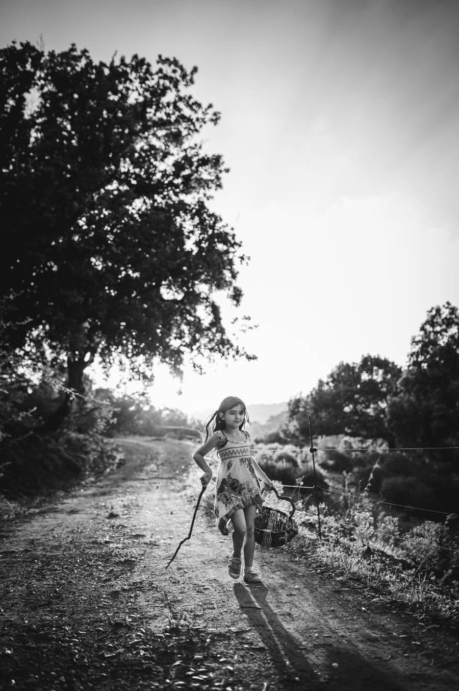 photo dune fillette sur un chemin bucolique prise par la photographe Florence Martin