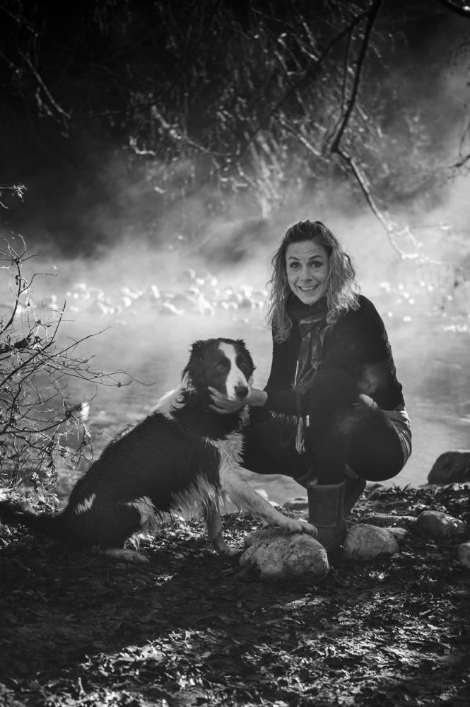 phot de femme avec son chien à coté un cours d'eau prise par Florence Martin photographe professionnelle dans le Var et les Alpes Maritimes
