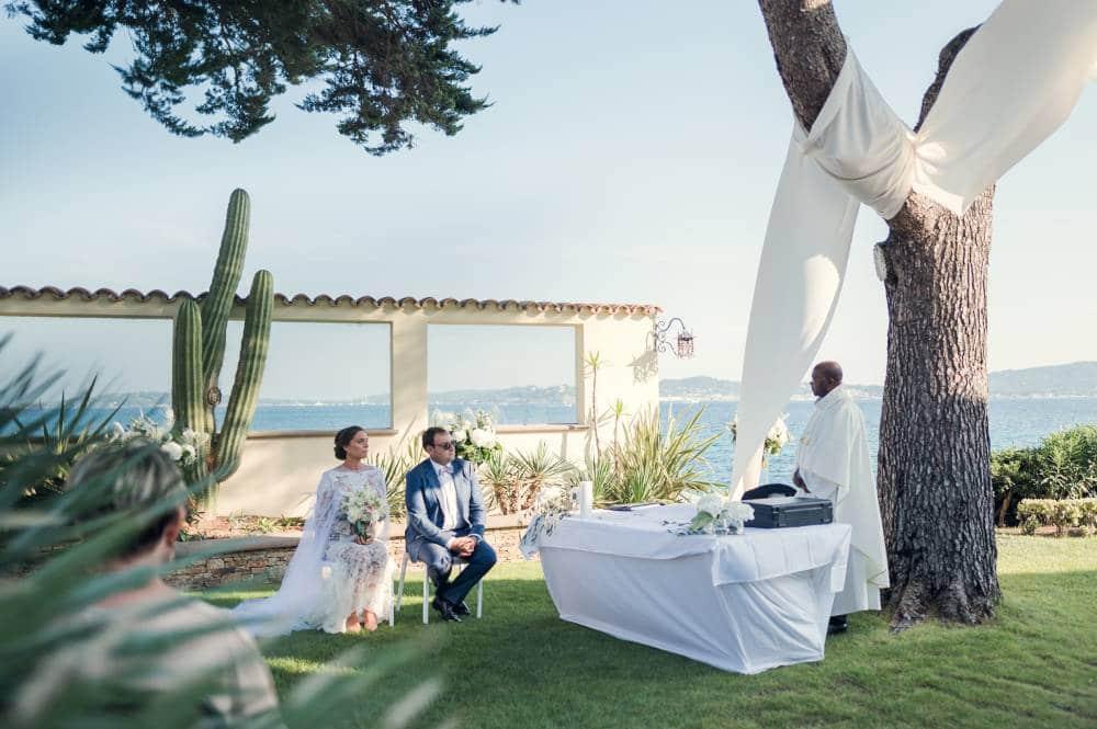 Les mariés et le prêtre pendant la cérémonie de mariage, photo prise par Florence Martin, photographe de mariage dans le Var et les Alpes Maritimes