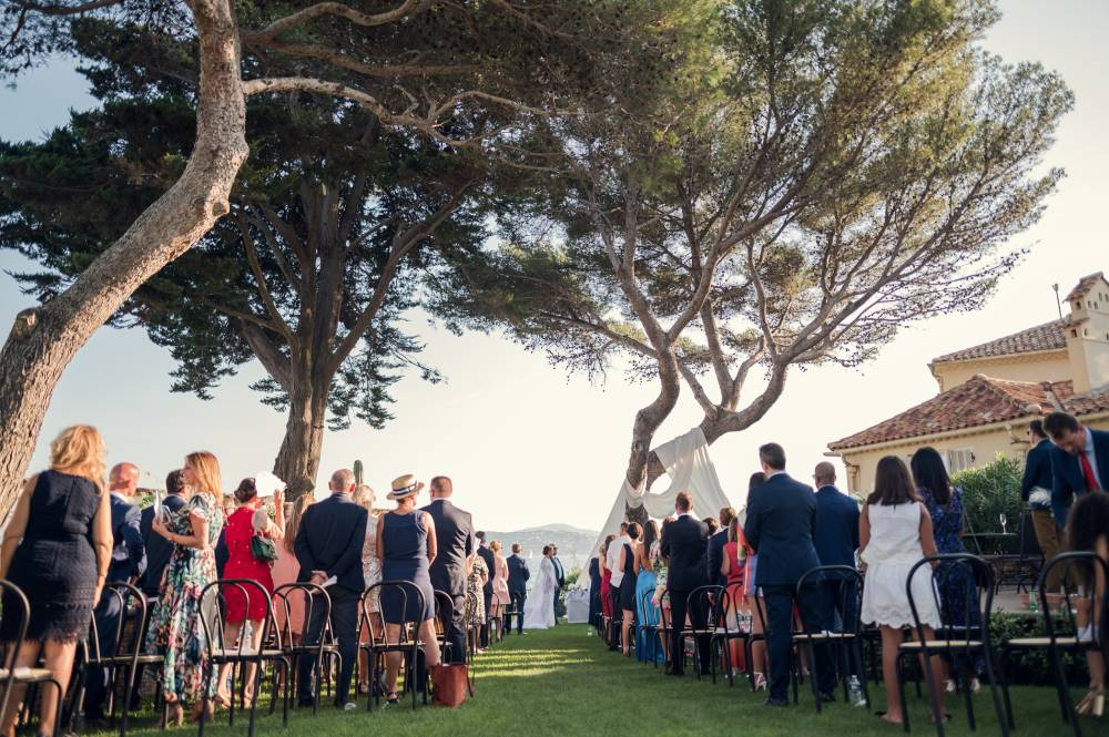 La cérémonie de mariage dans un jardin, photo prise par Florence Martin, photographe de mariage dans le Var et les Alpes Maritimes