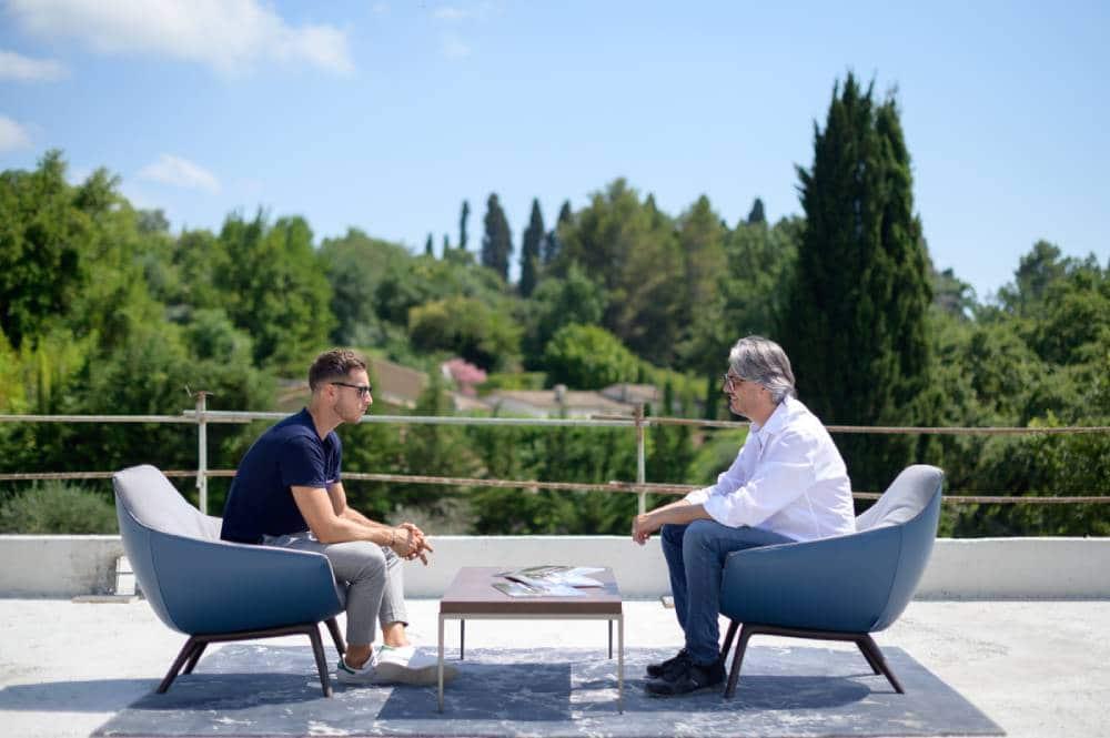 2 hommes assis dans des fauteuil face a face sur un immeuble en chantier, photo prise par Florence Martin photographe professionnelle dans le Var et les Alpes Maritimes