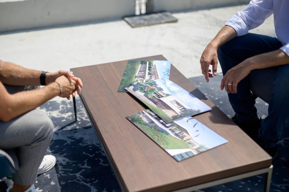 Table bas avec images faites par architecte, photo prise par Florence Martin photographe professionnelle dans le Var et les Alpes Maritimes
