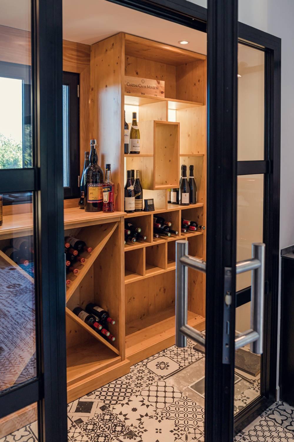photo d'une cave à vin haut de gamme dans une maison de particuliers prise par photographe entreprise et corporate à Saint-Tropez