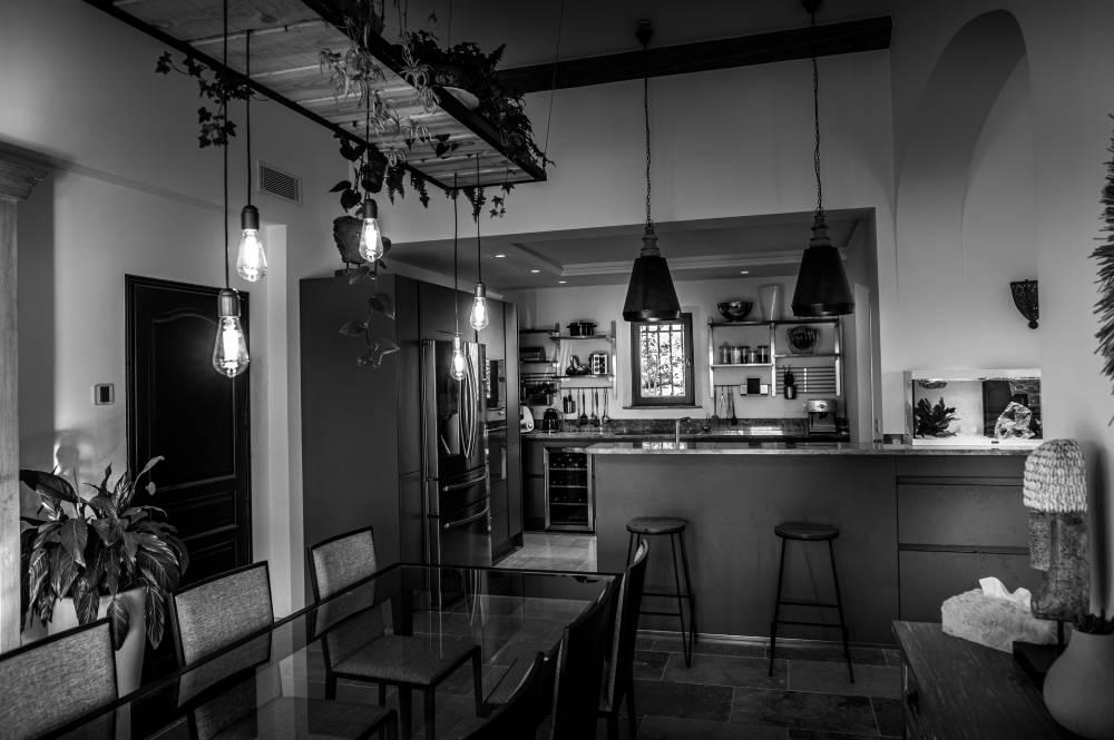 Cuisine haut de gamme avec salle à manger. photo d'entreprise en noir & blanc prise par Florence Martin, photographe professionnelle dans le Var et les Alpes Maritimes