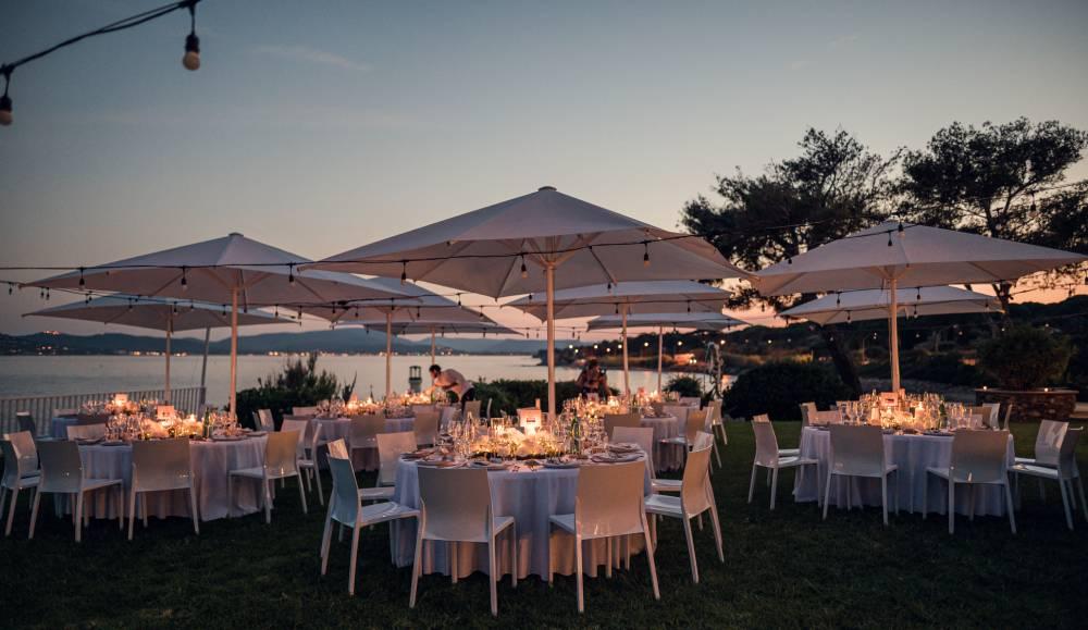 les tables d'un mariage au crépuscule vue mer photo par photographe de mariage