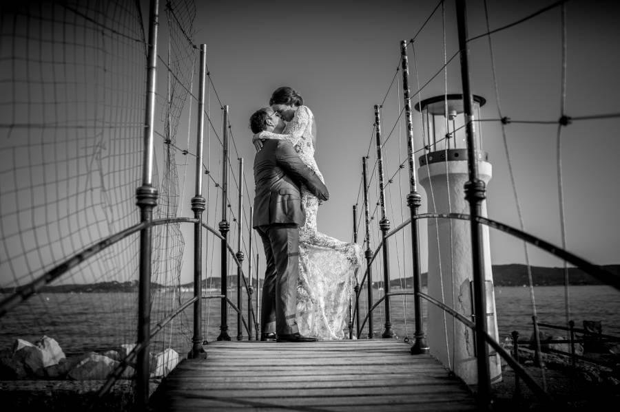 photo des mariés sur un ponton pris par photographe professionnel de mariage