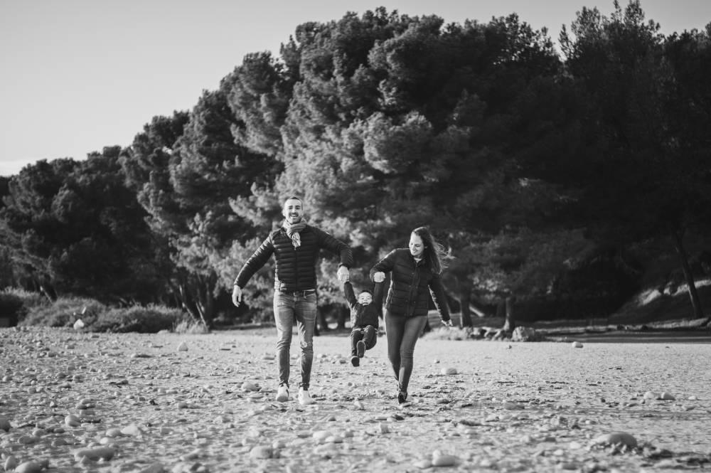 Photo de parents qui donnent la main à leur enfant prise par Florence Martin photographe professionnelle dans le Var et les Alpes Maritimes