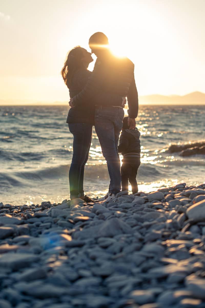 photo de parents avec leur enfant sur la plage au Dramont dans le var pris par photographe professionnel