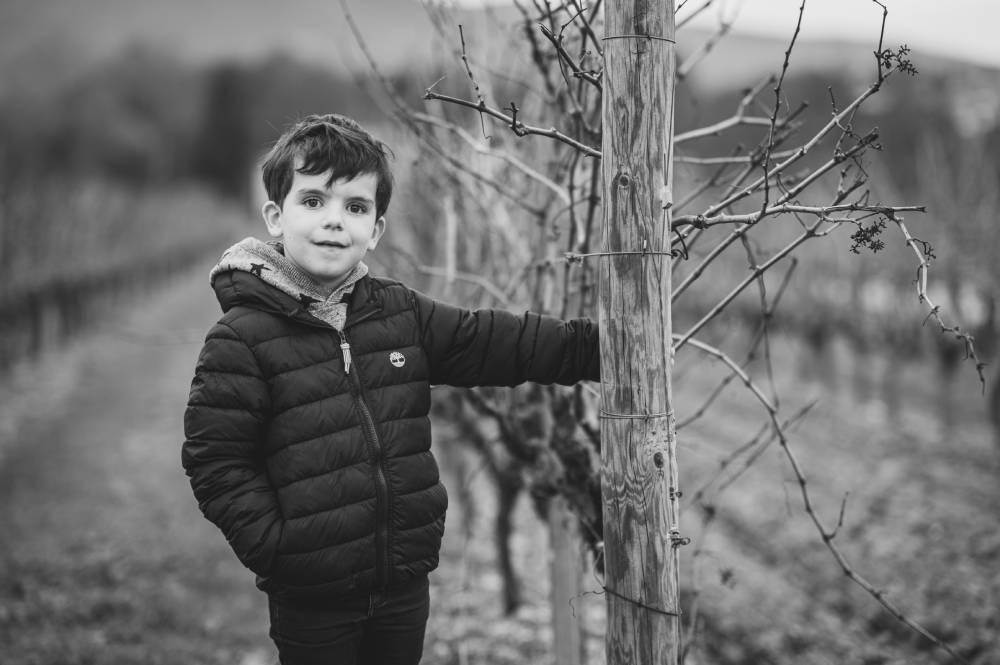 Photo d'un garçon en anorak dans les vignes prise par Florence Martin photographe professionnelle dans le Var et les Alpes Maritimes