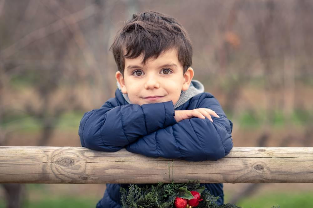 Photo d'un garçon qui regarde l'objectif prise par Florence Martin photographe professionnelle dans le Var et les Alpes Maritimes