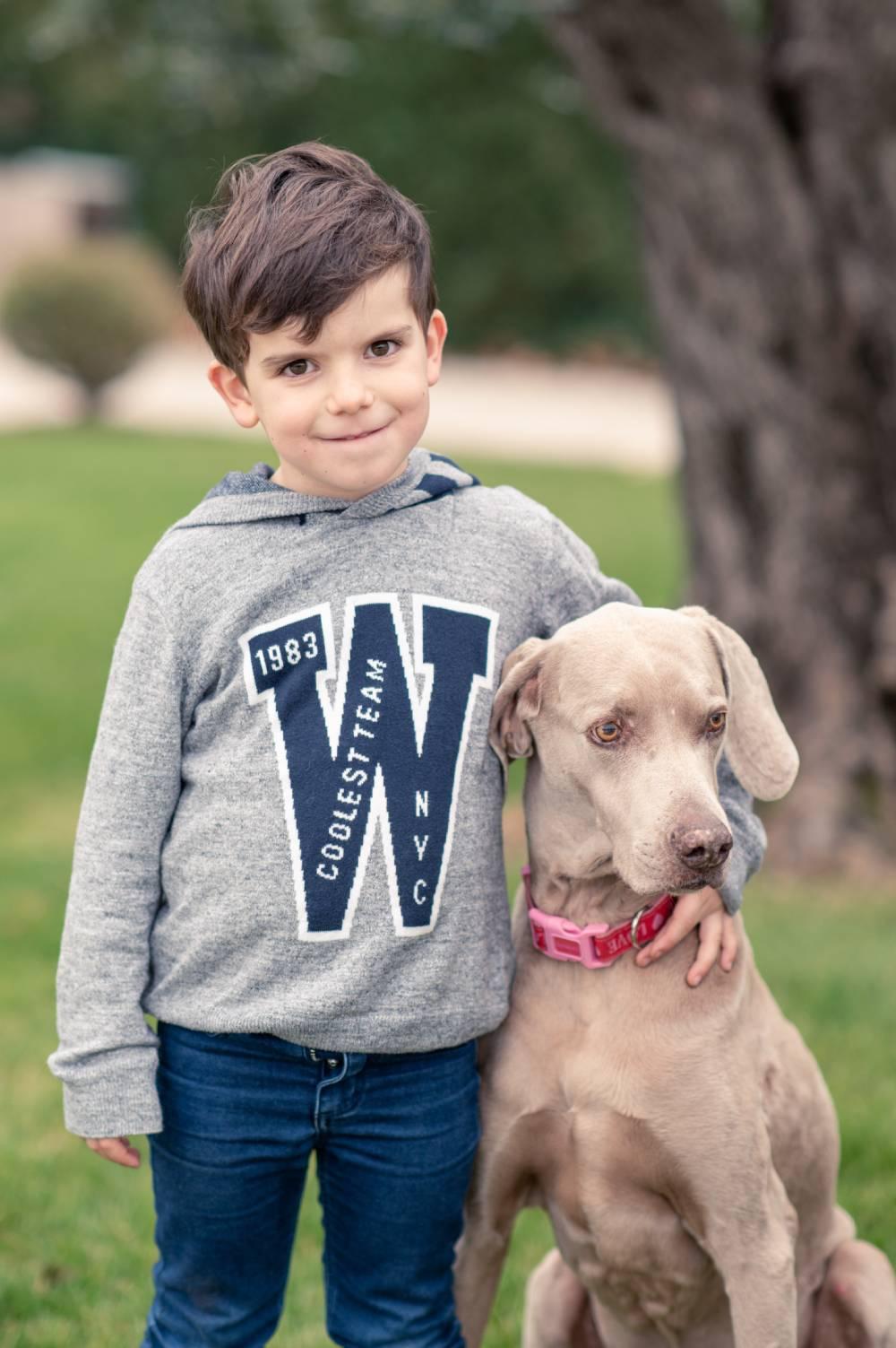photo d'un petit garçon avec son chien pris par photographe professionnel de famille et maternité