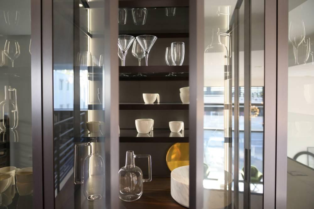 Vitrine de cuisine contenant la vaisselle, détail. photo d'entreprise prise par Florence Martin, photographe professionnelle dans le Var et les Alpes Maritimes