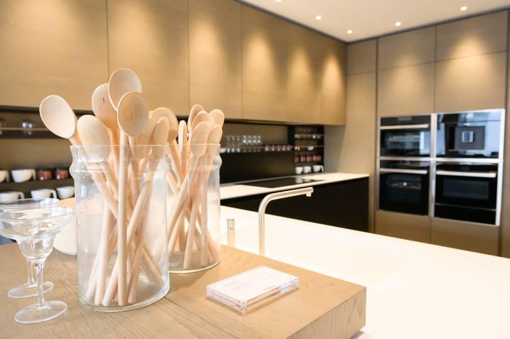 2 bocales de cuillères en bois sur le plan de travail d'une cuisine. photo d'entreprise prise par Florence Martin, photographe professionnelle dans le Var et les Alpes Maritimes