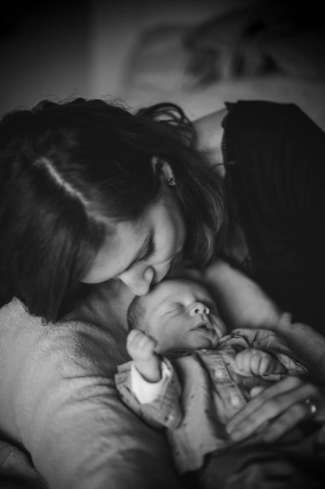 Photo d'une maman sui embrasse son nouveau née prise par Florence Martin photographe professionnelle dans le Var et les Alpes Maritimes