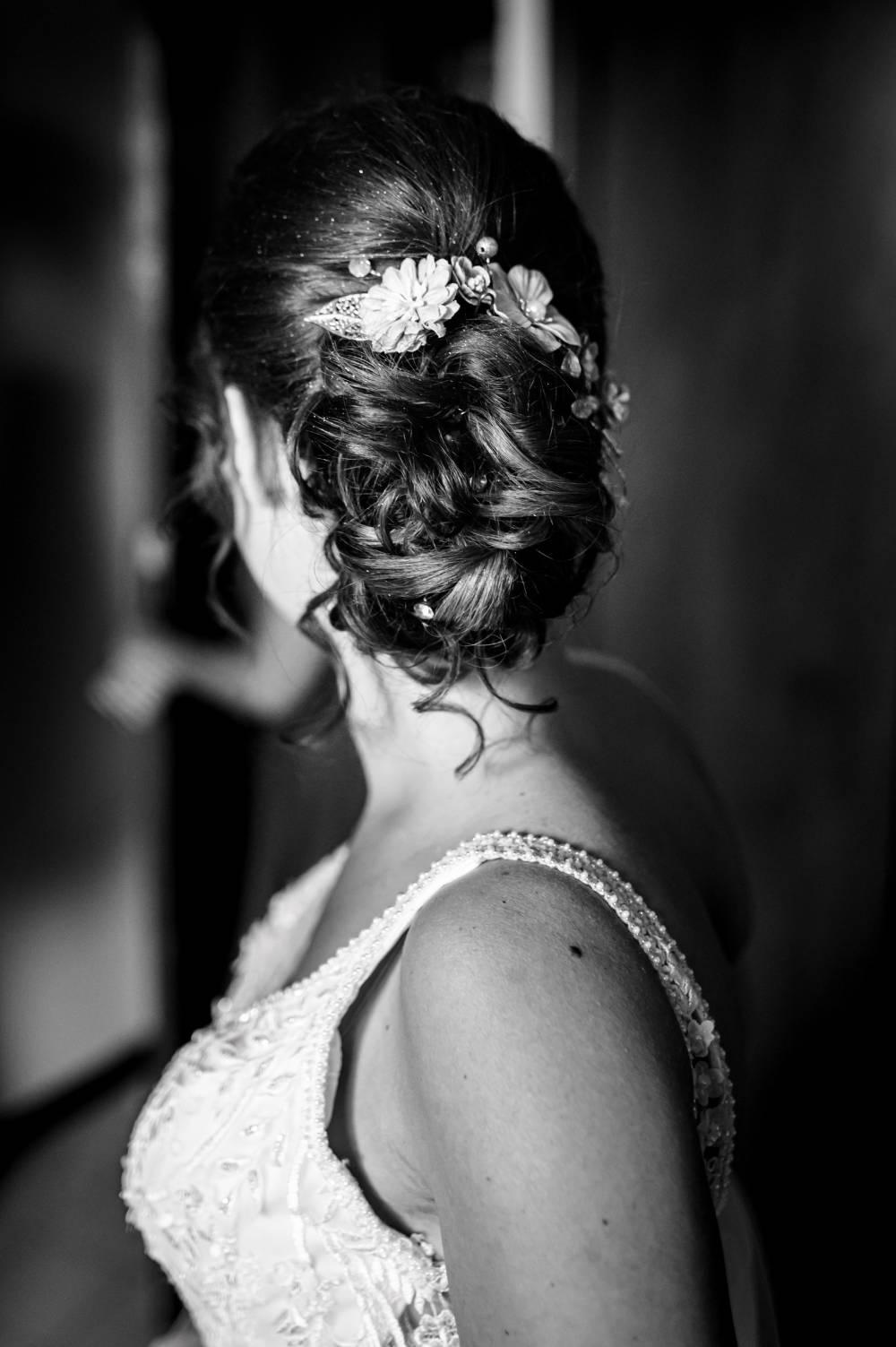 photo profil montrant la coiffure de la marié, photo prise par photographe de mariage professionnel dans les Alpes Maritimes