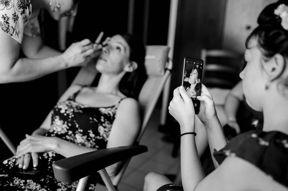 Séance de maquillage pour le mariage, photo prise par Florence Martin, photographe de mariage dans le Var et les Alpes Maritimes