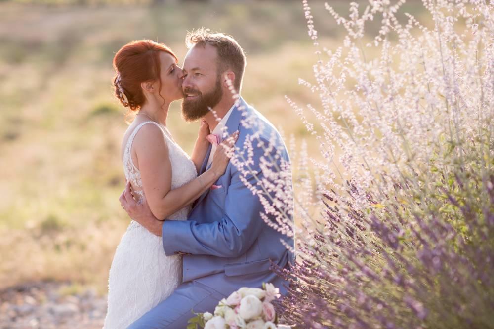 les mariées assis dans un champs de lavande, photo prise par Florence Martin, photographe de mariage dans le Var et les Alpes Maritimes