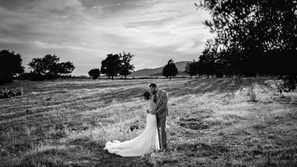 Les mariées s'embrassent dans un grand champs, photo prise par Florence Martin, photographe de mariage dans le Var et les Alpes Maritimes