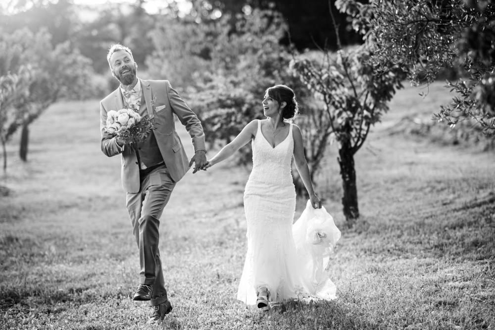 Les mariés se baladent dans un verger, photo en noir et blanc prise par Florence Martin, photographe de mariage dans le Var et les Alpes Maritimes