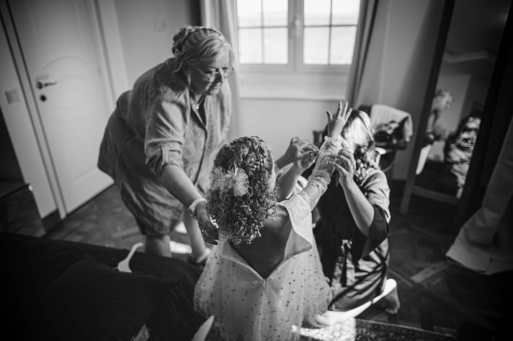 Habillage d'un enfant pour le mariage, photo en noir et blanc prise par Florence Martin, photographe de mariage dans le Var et les Alpes Maritimes