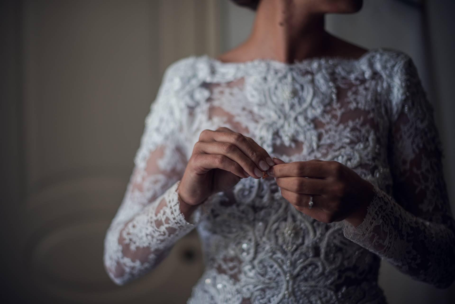la marié s'apprête à mettre ses boucles d'oreilles, photo prise par Florence Martin photographe professionnelle dans le Var et les Alpes Maritimes