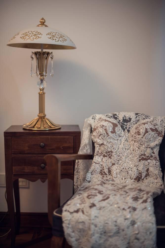 La robe de mariée étalée sur une chaise