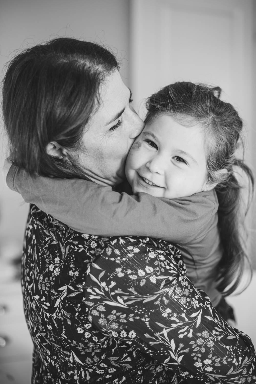 photo d'une maman avec sa fille dans les bras pris par photographe professionnel dans le var