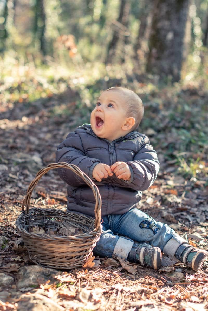 bébé assis dans la forêt, photo prise par Florence Martin, photographe professionnelle dans le Var et les Alpes Maritimes