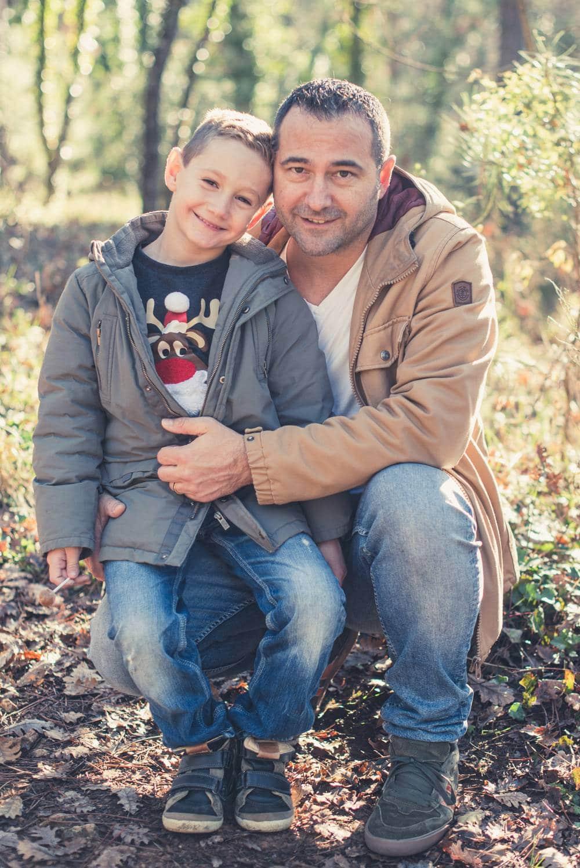 photo d'un père avec son fils dans la forêt prise par photographe famille & maternité dans le Var