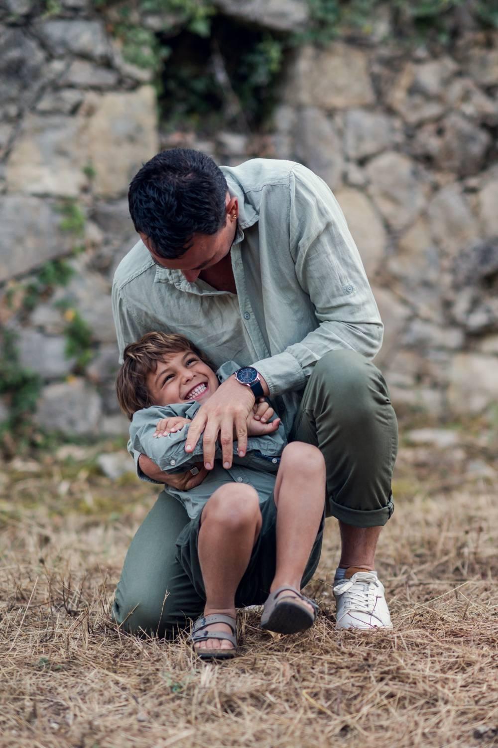photo d'un père avec son fils pris par photographe famille & maternité dans les Alpes Maritimes