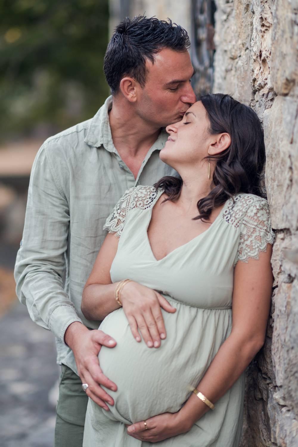 photo d'une femme enceinte avec son mari pris par photographe famille & maternité dans les Alpes Maritimes