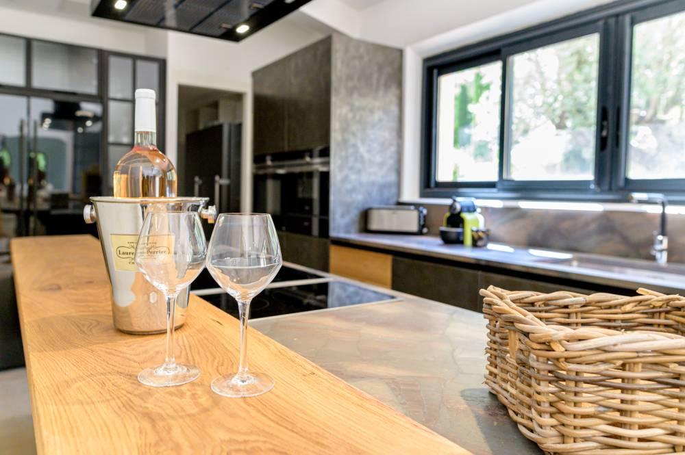 2 verres de vin avec une bouteille de rosé sur le comptoir d'une cuisine haut de gamme photo prise par Florence Martin photographe professionnelle dans le Var et les Alpes Maritimes