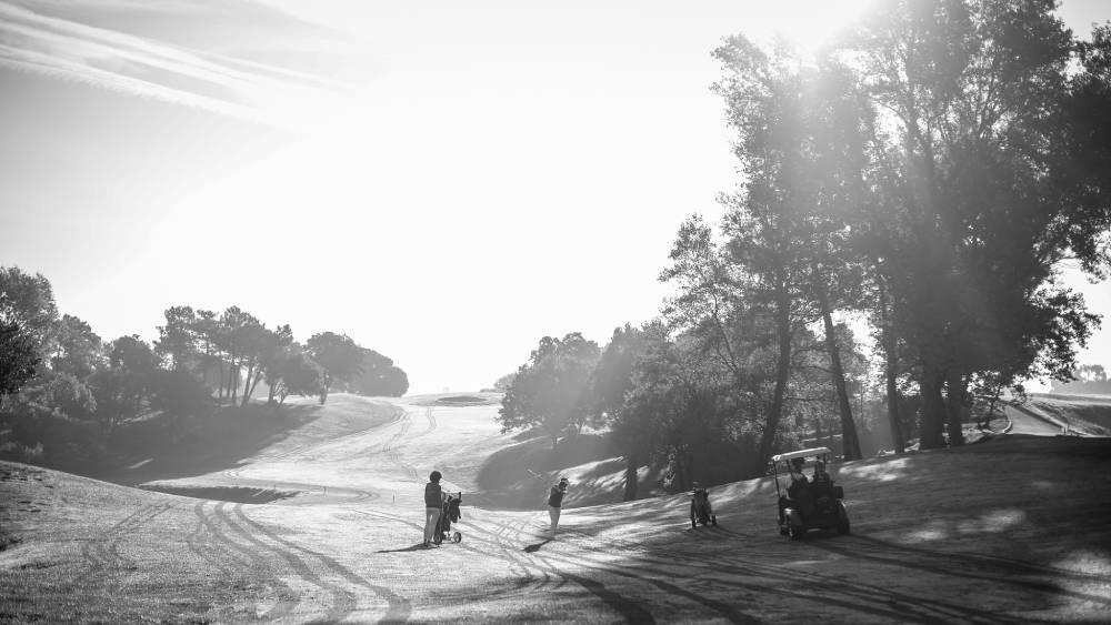 photo en noir & blanc d'un terrain de golf ensoleillé avec joueurs , photo d'entreprise prise par Florence Martin photographe professionnelle dans le Var et les Alpes Maritimes