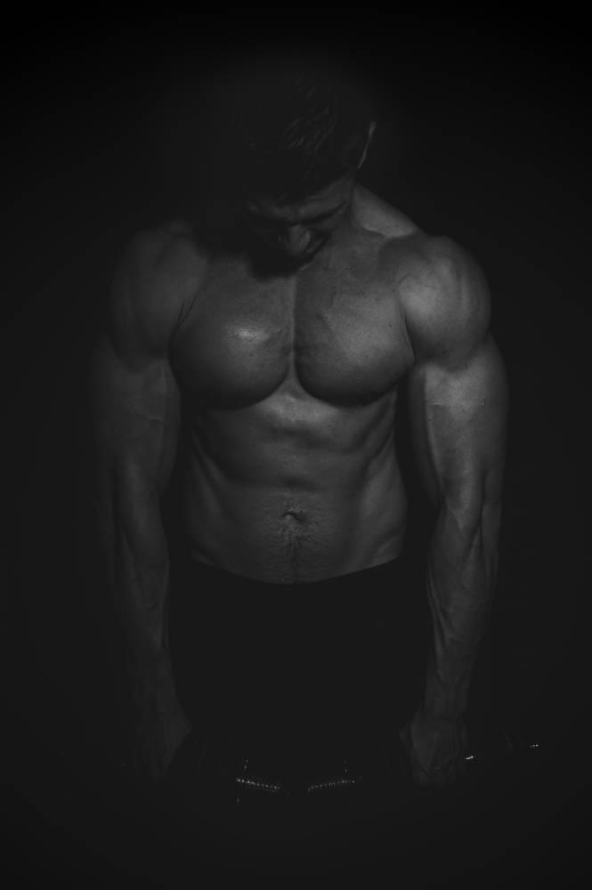 photo sombre d'u torse nu d'un homme musclé, photo entreprise prise par Florence Martin, photographe professionnelle dans le Var et les Alpes Maritimes