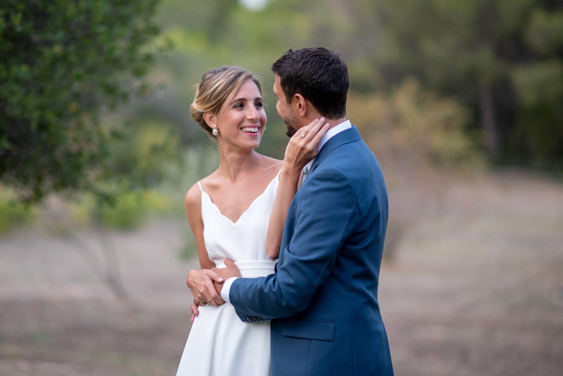 2 mariés qui se regardent affectueusement, photo prise par photographe professionnel de mariage