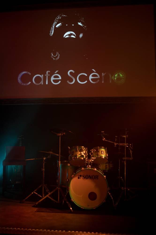 Scène de musique dans café Scène, photo prise par Florence Martin photographe professionnelle dans le Var et les Alpes Maritimes