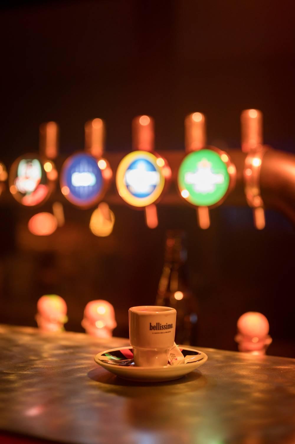 photo d'une tasse de café sur le comptoir d'un bar prise par photographe entreprise & corporate dans le Var
