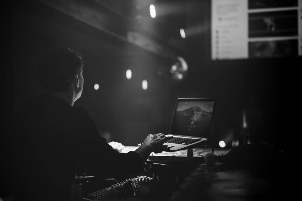 Homme sur ordinateur pour projection, photo prise par Florence Martin photographe professionnelle dans le Var et les Alpes Maritimes